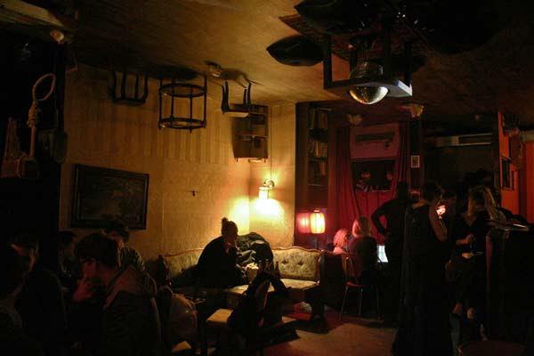 perierga.gr - Σε αυτό το μπαρ... έρχονται τα πάνω κάτω!