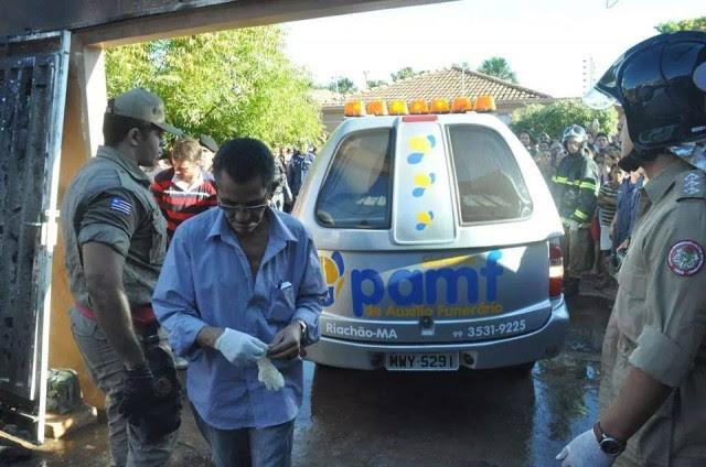 Carro da funerária chega para levar os corpos das vítimas