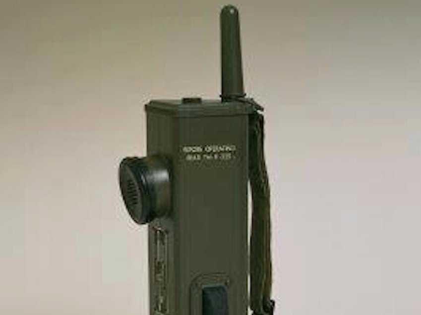 Motorola originalmente comenzó como una batería de decisiones llamado Galvin Manufacturing Corporation. Pero en 1940 se desarrolló la radio portátil de dos vías Handie-Talkie SCR536, que se convirtió en un icono de la Segunda Guerra Mundial.