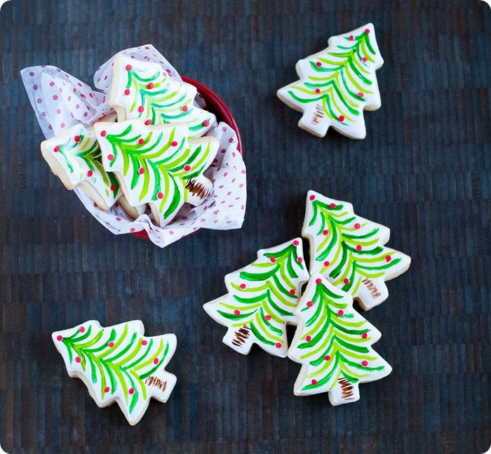 painted christmas tree cookies ...so easy and festive! inspired by sur la table christmas dishes!