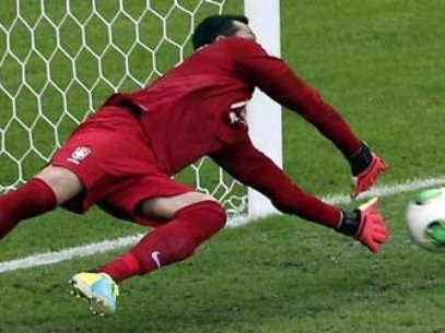 Júlio César defendeu pênalti de Forlán ainda no início do jogo Foto: AP