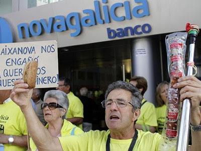 Afectados por las preferentes protestas a las puertas de una oficida de Nova Caixa Galicia en Vigo.