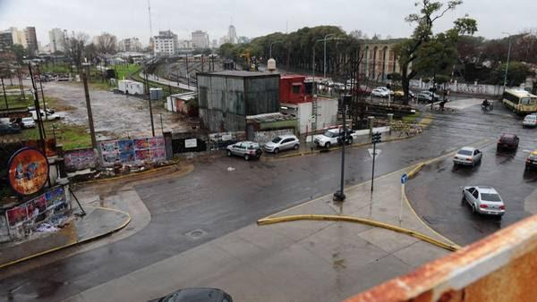 Vista de Triunvirato en el cruce con Elcano. Desde allí extnderán la avenida con una traza paralela a las vías. Foto: Mario Quinteros.