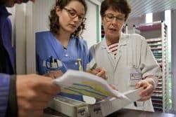 A l'accueil des patients, un détenu vérifie sa prescription avec les infirmières