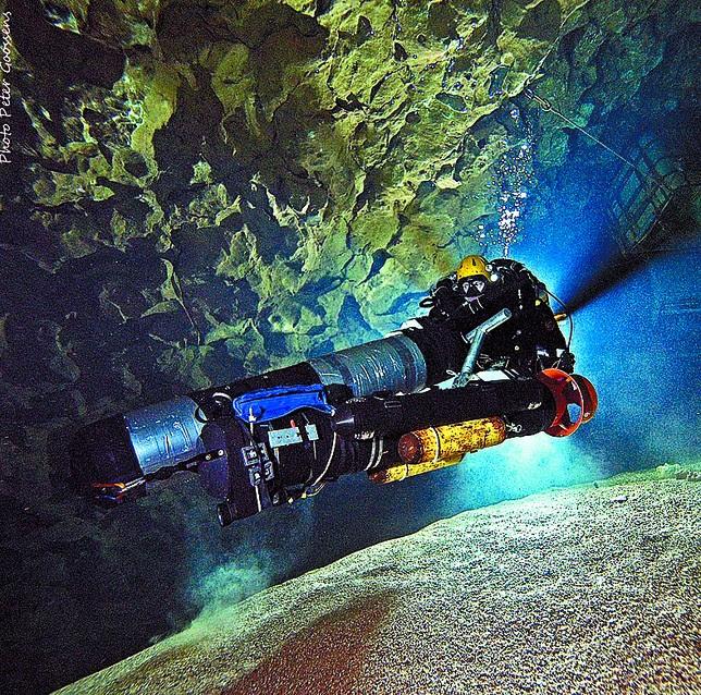 Imagen tomada el sabado durante la entrada a la cueva de René Houben, uno de los dos buceadores que ha alcanzado el nuevo récord. Peter Goossens