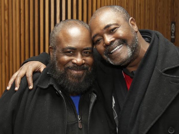 Kwame Ajamu (direita) abraça o irmão Wylie Bridgeman após a sessão de 9 de dezembro, na qual foi declarado inocente. Também acusado injustamente, Wylie foi inocentado no dia 21 de novembro (Foto: AP Photo/Tony Dejak)