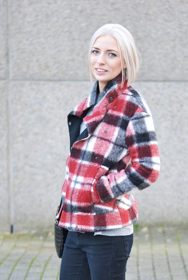 Outfit post by belgian fashion blogger turn it inside out from belgium belgie. mode trends, fall winter trends, tartan, zara wool checkered jacket, red white black print, zara oversized sweater in grey new collection 2014 asos ridley high waisted jeans ripped knee, zara chain boots, givenchy inspired, street style inspiration how to wear