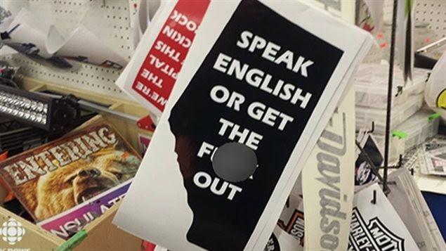 Des clients du marché aux puces, à Edmonton, qualifient le slogan de «raciste» et de «xénophobe».