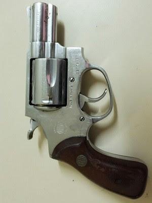 Revólver usado na morte do engenheiro Renato Lima, em Goianinha. Segundo a polícia, arma está registrada no nome da própria vítima (Foto: Polícia Civil/Divulgação)
