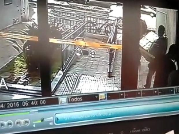 Imagens mostram como criminosos podem ter agido em assalto a banco em Três Corações (Foto: Reprodução EPTV)