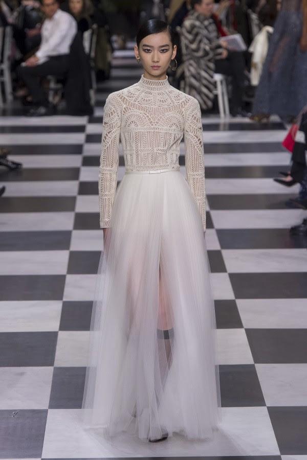 Những chiếc váy cưới hàng hiệu nằm trong tầm ngắm của 'lọ lem' Meghan Markle - Ảnh 5.