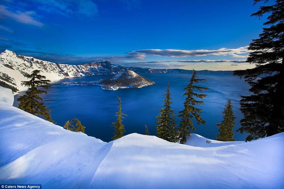 Une des merveilles d'hiver pittoresque tapissent Crater Lake Parc national de l'Oregon