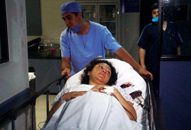 A mãe das crianças, Salud Romero, é vista no hospital onde deu à luz no México  (Foto: Enrique Castro/AFP)