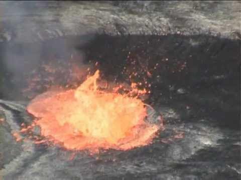 video que muestra a unos hombres Tirando Basura a un Volcan