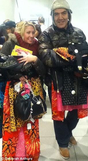 Frontline: Jamie Diamond, à esquerda, e Kelly Little, viajou de Bournemouth para ficar na fila na loja da Kensington