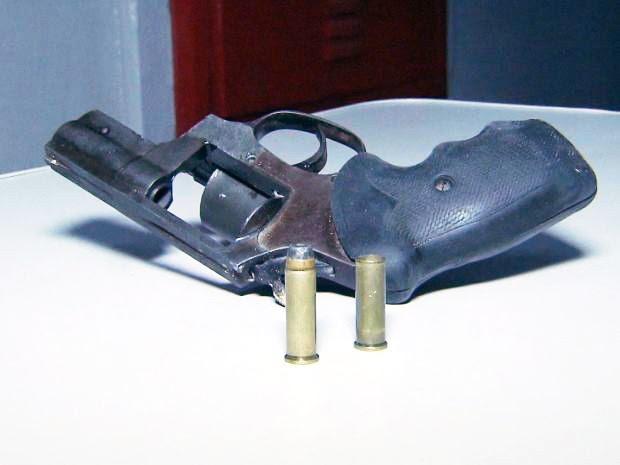 Arma supostamente usada na morte de músico foi achada em terreno baldio de Santos, SP (Foto: Reprodução/TV Tribuna)