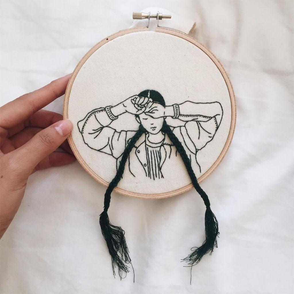 Artista borda retratos de mulheres com cabelos que saltam da tela 08
