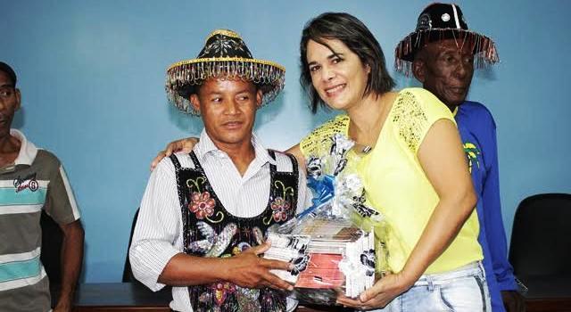 Primeira-dama Luana Alves entrega os kits a um dos boieros