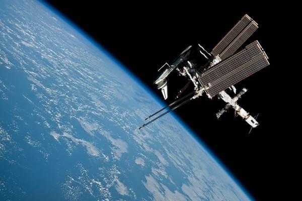 La Stazione Spaziale e lo shuttle fotografati dalla Soyuz (fonte: NASA)