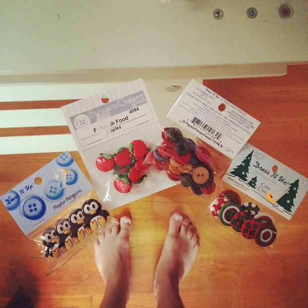 Cute buttons (and my feet). Gracias Laura!