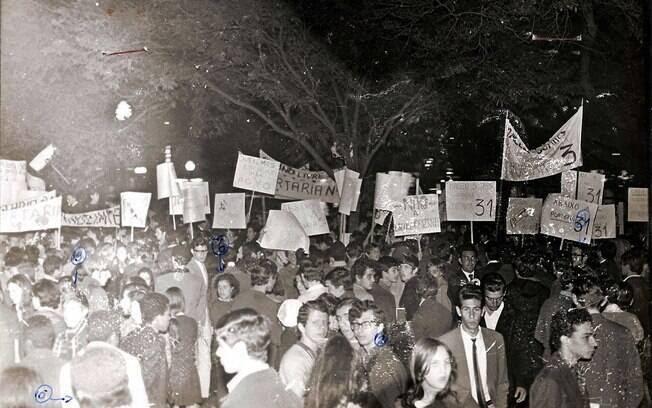 Estudantes eram duramente reprimidos por agentes da ditadura. Foto: Arquivo Brasil Nunca Mais