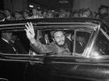 22 de abril. Fidel Castro  saluda a la multitud al salir del Hotel Statler en New York. Foto: Revolución.