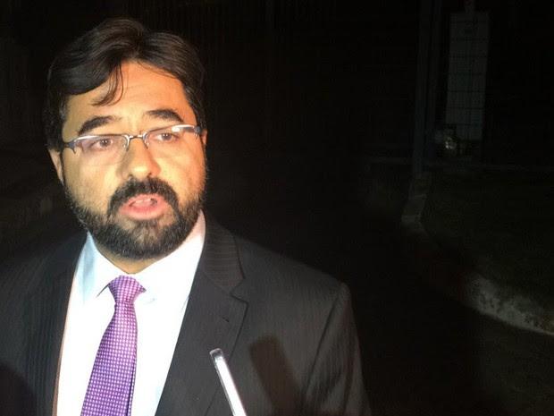 Advogado Guilherme de Salles Gonçalves deixa a sede da PF (Foto: Roney Domingos/G1)
