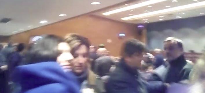 Στα χέρια στελέχη του ΣΥΡΙΖΑ με μέλη του Ρουβίκωνα στην ομιλία Τσακαλώτου -Βρισιές και απειλές [βίντεο]