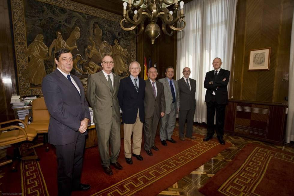 El presidente del CSIC (el mayor organismo público de investigación español) Emilio Lora Tamayo, tercero por la derecha, con expresidentes