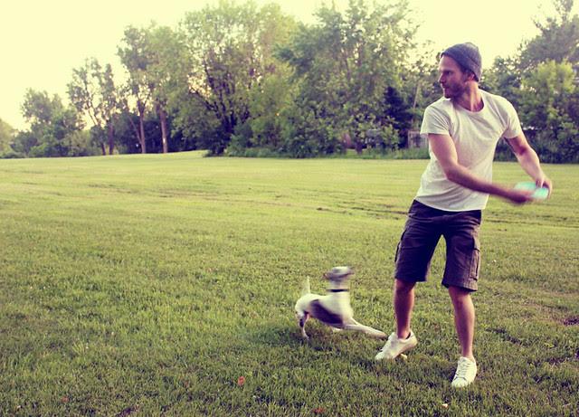 cj and stella playin' frisbee