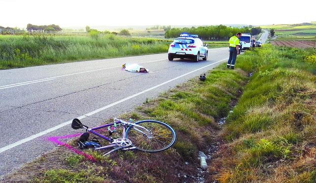La bicicleta, partida por la mitad, quedó sobre el asfalto de la carretera de La Aguilera a varios metros del cuerpo sin vida de Natalio González. DB