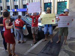 Militantes do PT protestam diante da sede do partido, em Brasília, durante reunião do diretório nacional (Foto: Felipe Néri / G1)