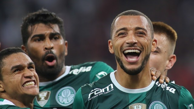 Palmeiras bate Atlético-PR e mantém a liderança