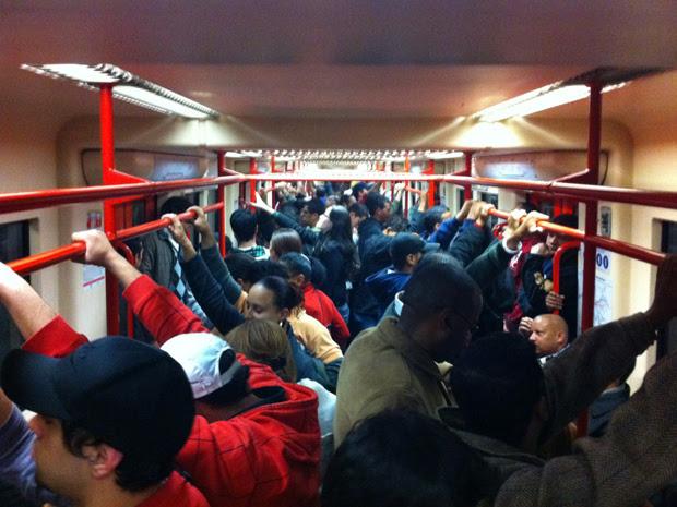 Trem fica lotado durante greve nesta quarta-feira (Foto: Paulo Toledo Piza/G1)