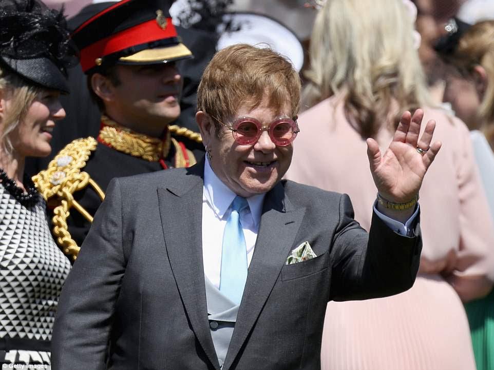 Elton John, que cantó en el funeral de la Princesa Diana en 1997, se presentó en la recepción del almuerzo en un guiño al trágico pasado de Harry.