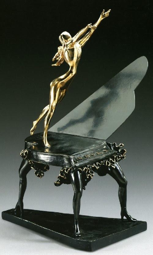 El piano surrealista.  Escultura de bronce de Salvador Dalí