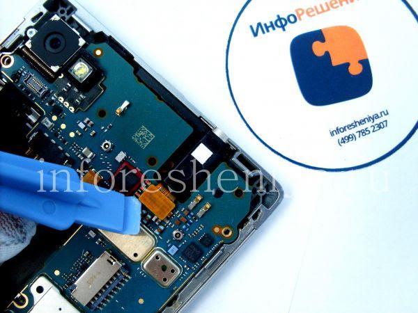 Разборка BlackBerry P'9982 Porsche Design: Next is the audiojack connecter. / Следом — коннектор аудиоразъема.