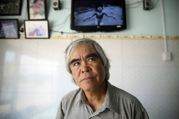 Nick Ut, fotógrafo que segue trabalhando para a Associated Press, visita a antiga casa de Phuc em Trang Bang, perto de onde a famosa fotografia foi tirada (Foto: Na Son Nguyen/AP)