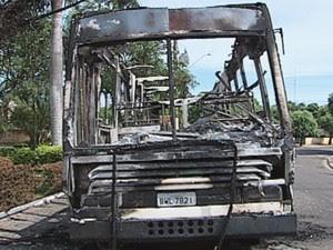 Ônibus ficou totalmente destruído após ataque  (Foto: reprodução/ TV TEM)