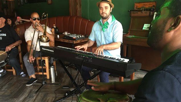 Des musiciens d'origine cubaine dans un café de la Petite Havane, à Miami