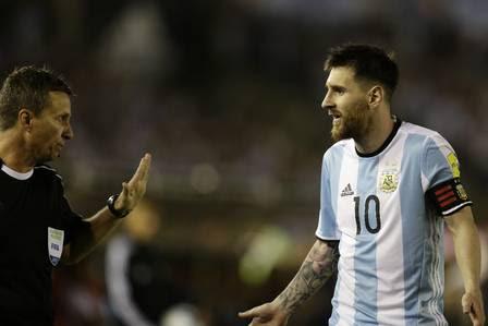 Messi conversa com o auxiliar brasileiro Emerson Carvalho