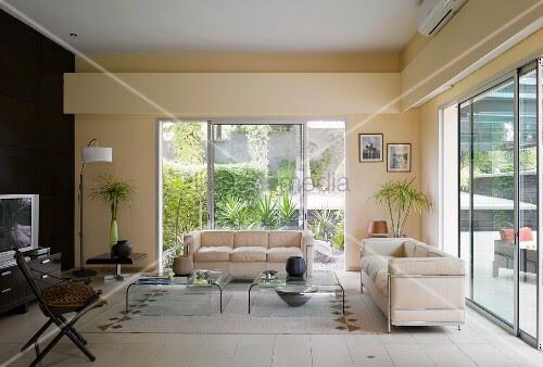 Wohnzimmer mit cremefarbenen Sofas im Bauhausstil vor ...