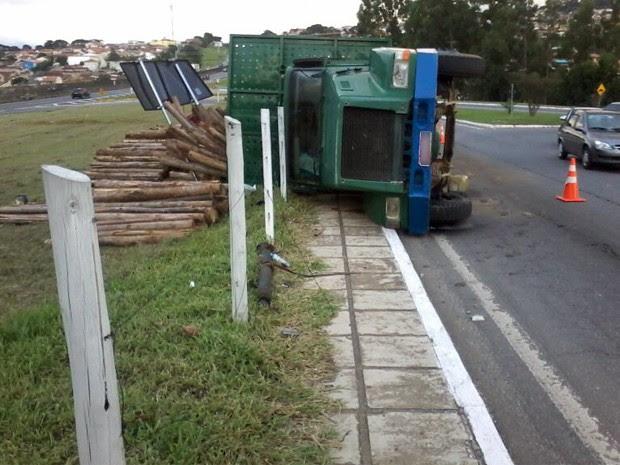 Caminhão carregado com madeira tomba no acesso à Dutra em Taubaté (Foto: Edgar Rocha/ TV Vanguarda)