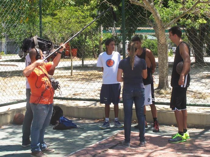 Marcelinho passa algumas dicas para Pedro Augusto, de 16 anos, e Jorge Emannuel, de 14 (Foto: Marcello Pires)