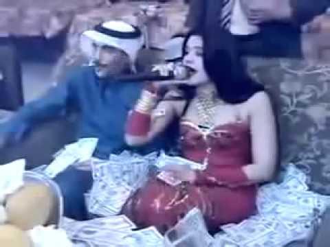 video que muestra a un hombre arabe derrochando mucho dinero