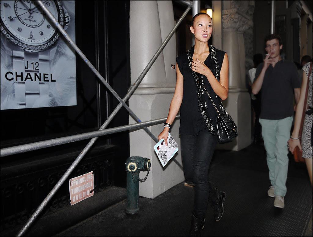 5 w all black jeans sleeveless shirt mcqueen skull scarf short hair black boots ol