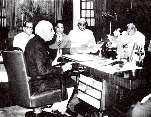 Captain Krishnan Nair (2nd from left) with Jawaharlal Nehru.