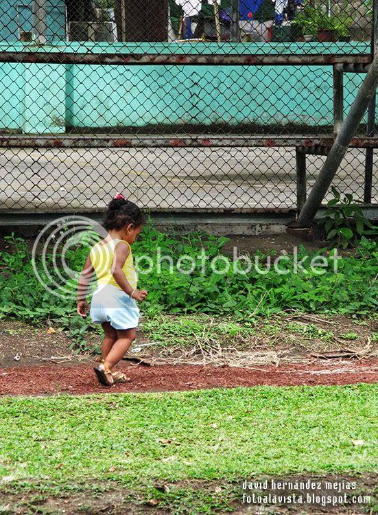 Una niña va por un camino de Tortuguero