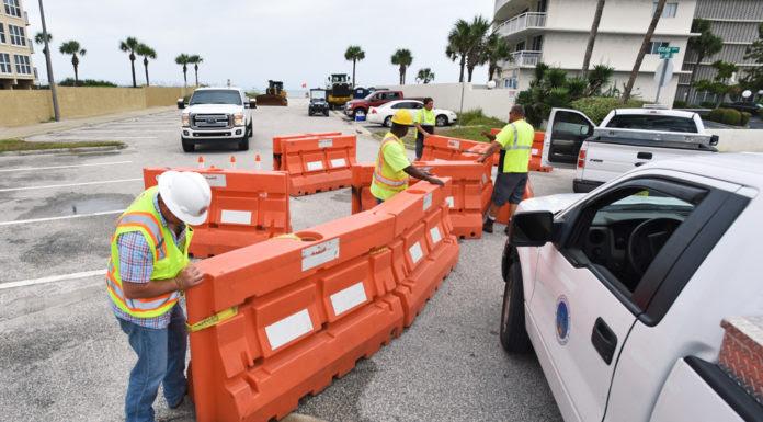 Nhân viên công chánh ở Jacksonville, Florida, chặn đường xuống bãi biển, trong lúc bão Hermine tiến vào. (Hình: Bob Self/The Florida Times-Union via AP)