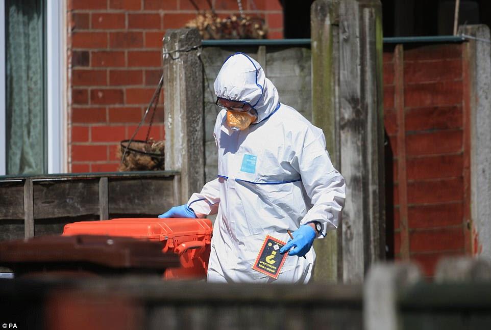 """Um perito forense que deixou a casa de Abedi esta tarde foi visto segurando um livro chamado """"Know Your Chemicals"""".  Não estava claro se era um livro que o especialista estava usando ou se foi encontrado na propriedade"""